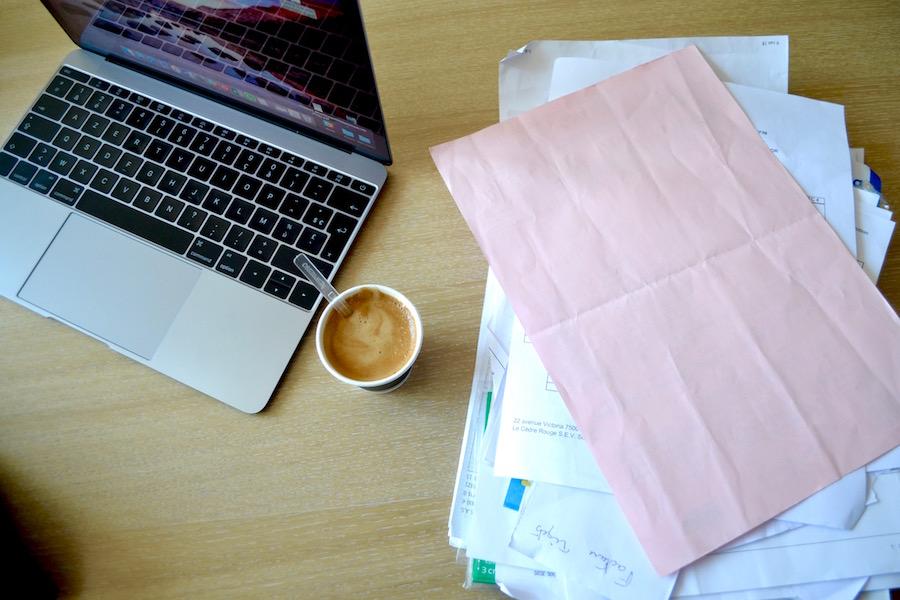 Dossiers, café, vidéoprojecteur